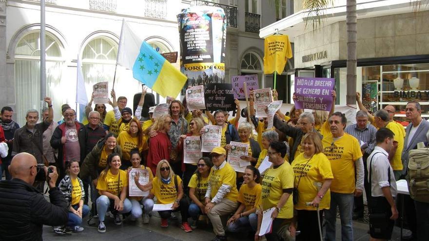 Protesta a favor de las pensiones públicas celebrada el pasado 11 de marzo cerca del Parlamento de Canarias