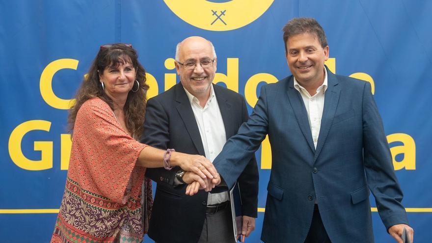 Conchi Monzón (Podemos), Antonio Morales (NC) y Luis Ibarra (PSOE) cierran el  pacto en el Cabildo de Gran Canaria.