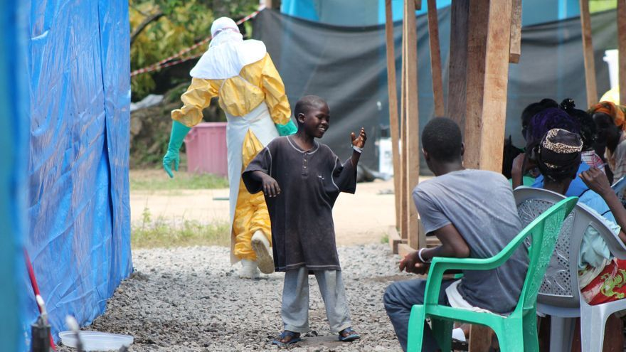 Mamadee baila en un centro de Médicos Sin Fronteras de Liberia durante el tratamiento de su enfermedad: el ébola/Fotografía: Martin Zinggl/MSF