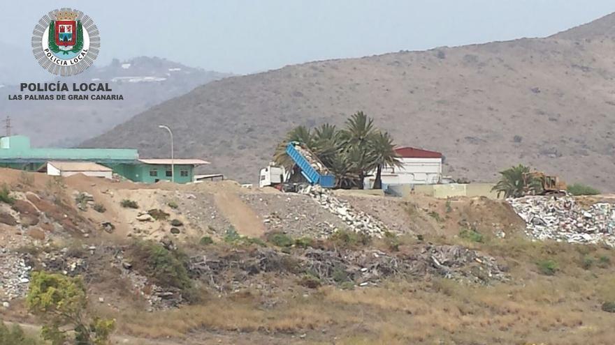 Camión vertiendo escombros en una zona rural