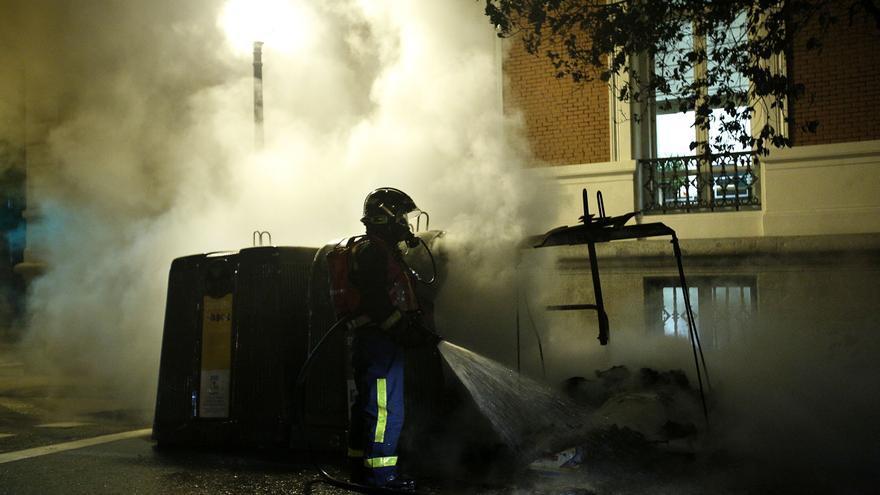 Los bomberos actúan en la calle Bárbara de Braganza / Olmo Calvo