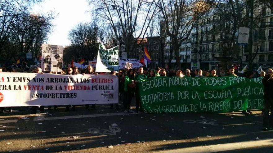 Una manifestaciós de afectados por la venta de viviendas del IVIMA a Goldman Sachs.