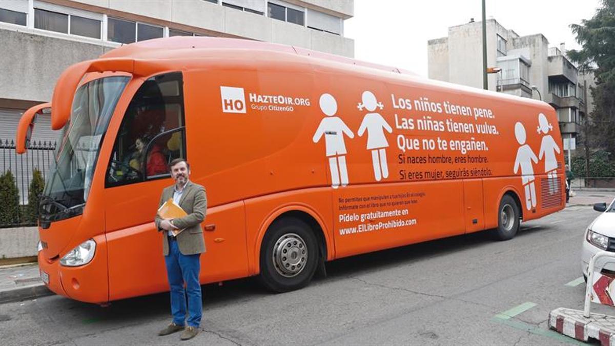 El presidente de HazteOir junto al autobús, Ignacio Arsuaga / EFE