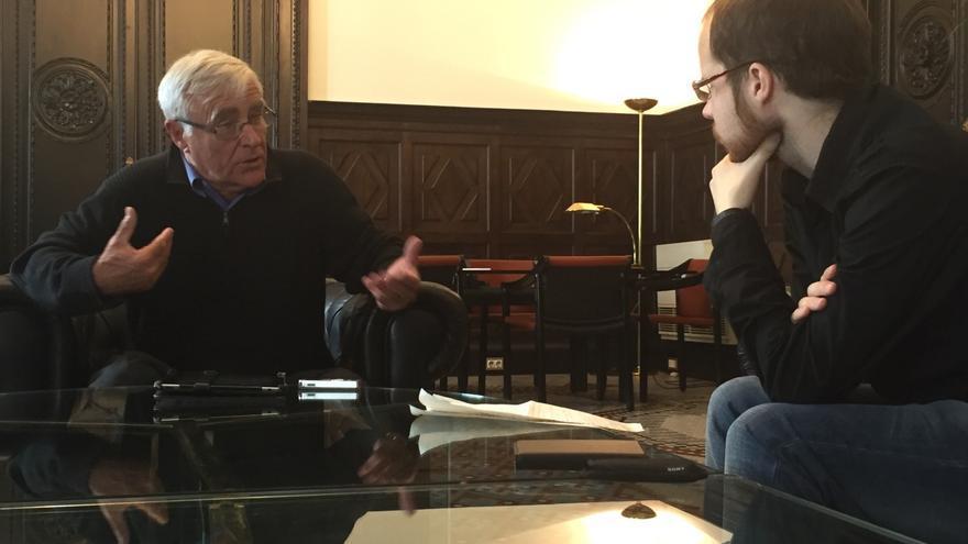 Joan Ribó durante la entrevista en el despacho de la alcaldía de Valencia.