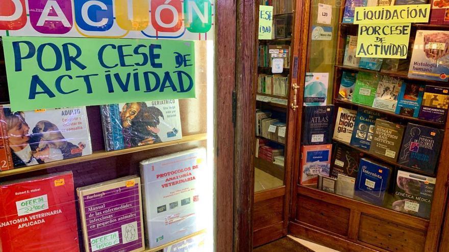 Cartel de 'liquidación por cese de actividad' en la librería Nicolás Moya