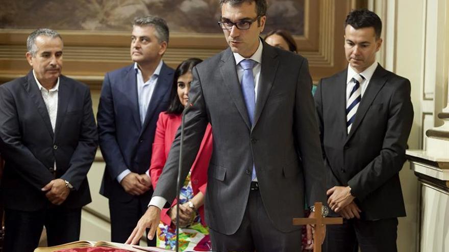 El nuevo diputado del Partido Popular por la circunscripción de La Palma, Zacarías Gómez, toma posesión de su cargo durante el pleno del Parlamento de Canarias