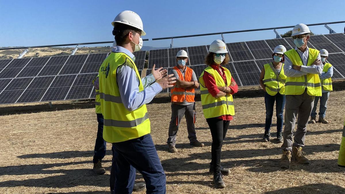 """La consejera para la Transición Ecológica y Sostenibilidad, Olga García, durante una visita el pasado a la planta fotovoltaica """"Tejeda Solar"""""""