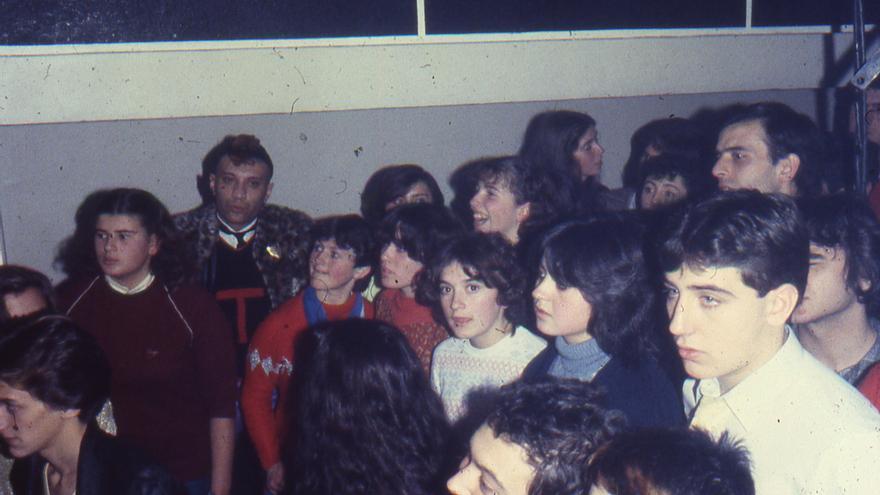 """Toni """"El Gitano"""" (al fondo con cresta) en un concierto de Glamour en la discoteca Molí de Sueca (1982). Foto cedida por Rafa Cervera extraída del libro."""