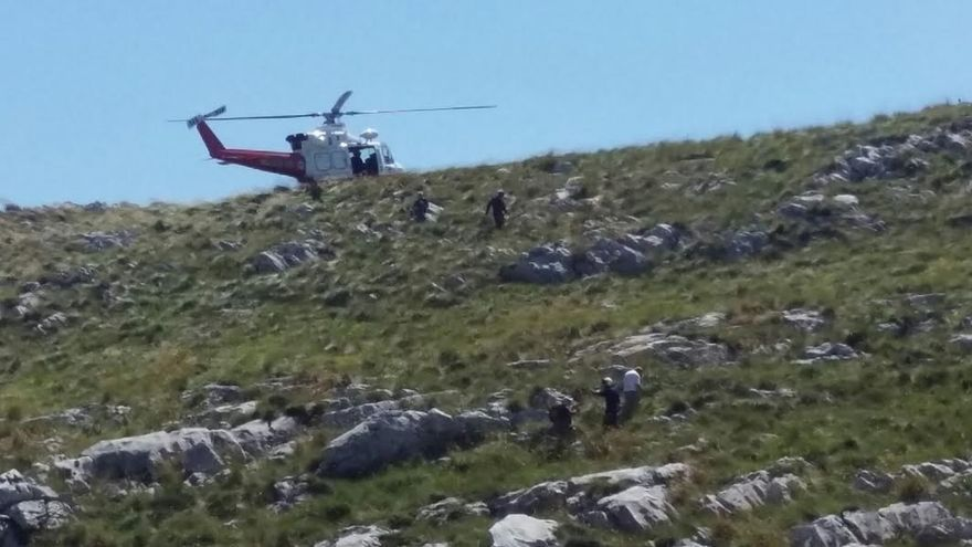 Rescatan en helicóptero a un hombre de Bilbao de 73 años tras precipitarse por la ladera de un monte en Soba