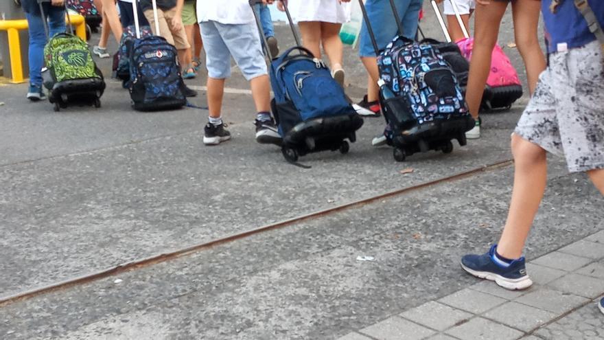 Varios alumnos entran a un colegio