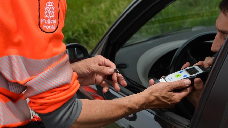 Policía Foral imputa a cinco personas por conducir superando la tasa de alcohol y a una sexta por conducir sin puntos