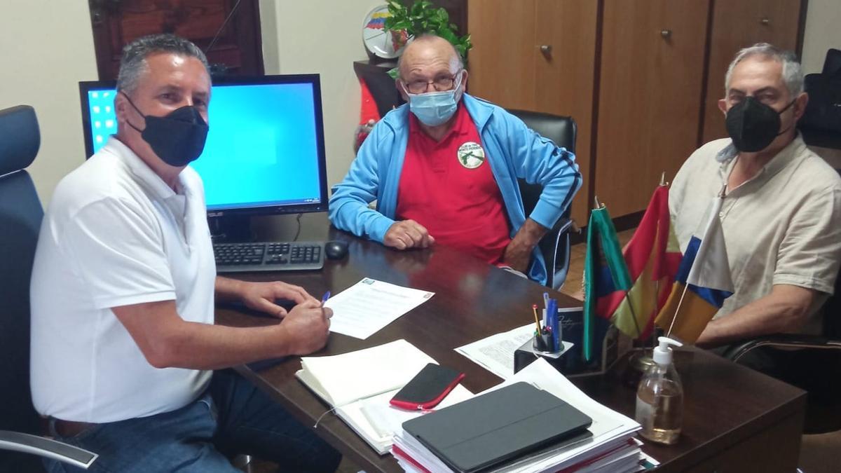Vicente Rodríguez con los responsables del Club Deportivo Monte Perdido.