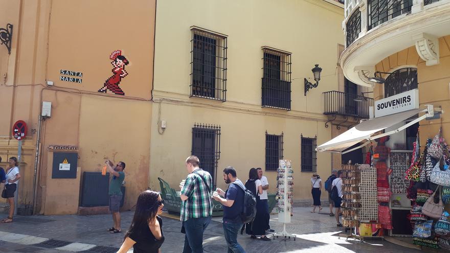 Obra de Invader, sobre una de las fachadas del Palacio Episcopal de Málaga   N.C.
