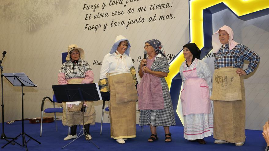 Cinco mujeres ataviadas con ropajes antiguos durante el homenaje a las empaquetadoras de tomate.