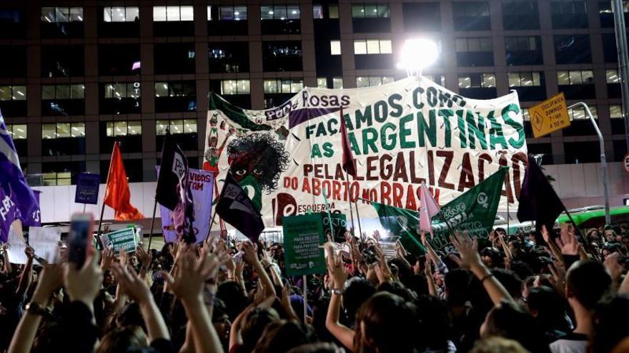 """Con """"pañuelazo internacional"""" mujeres exigen despenalizar el aborto en Argentina"""