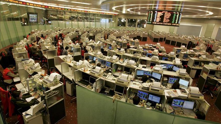 La Bolsa de Hong Kong reduce sus pérdidas a media sesión hasta el 0,04 por ciento