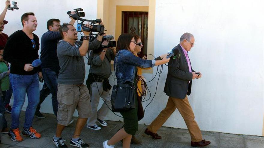Domingo Gónzalez Arroyo, es seguido por multitud de medios de comunicación en el exterior del Ayuntamiento de La Oliva