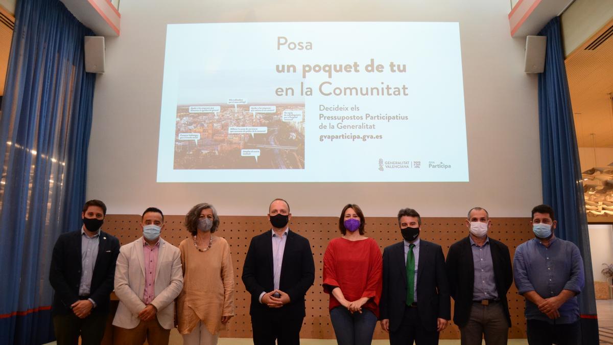 La consellera de Participación, Rosa Pérez Garijo, junto al vicepresidente segundo de la Generalitat, Rubén Martínez Dalmau y el equipo que organiza los presupuestos participativos.