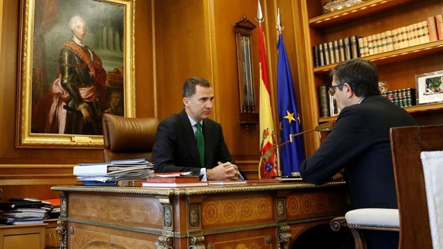 El Rey y López en Zarzuela: Imágenes para un momento inédito en democracia