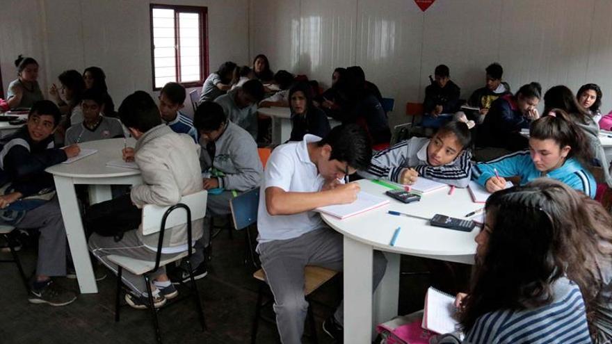 Niños desplazados de Asunción reanudan sus clases en aulas móviles de Unicef