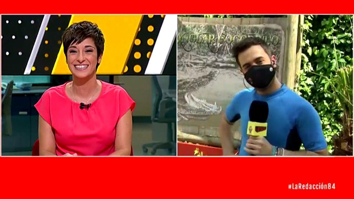 Adela González da paso a uno de sus reporteros de 'La Redacción'