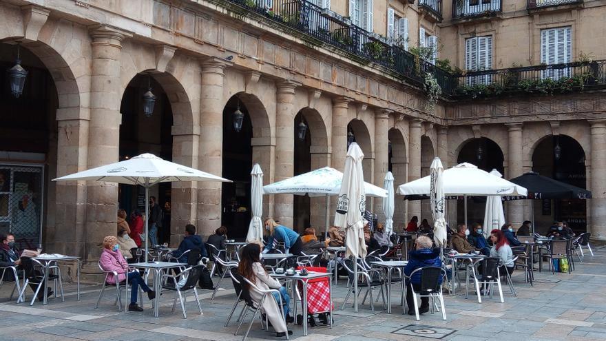 Archivo - Clientes en terrazas de Bilbao