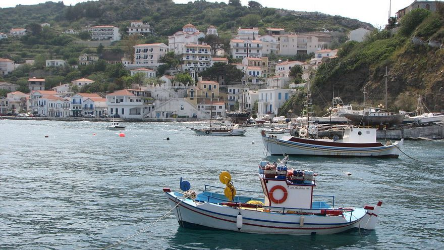 Las barcas de los pescadores descansas fondeadas frente a Evdilos. Stelios Kiousis