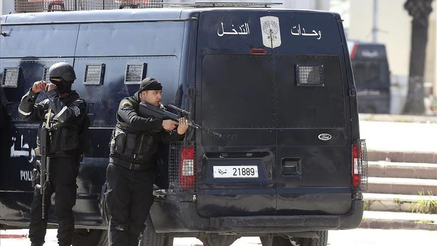 Dos policías tunecinos vigilan la exterior del museo donde se atrincheraron los terroristas.