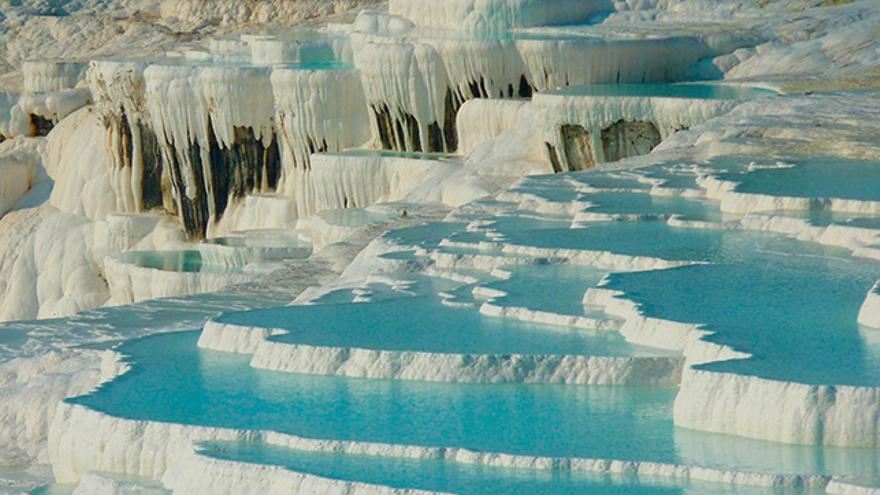 Los minerales llegan a formar estalactitas y columnas entre terraza y terraza.
