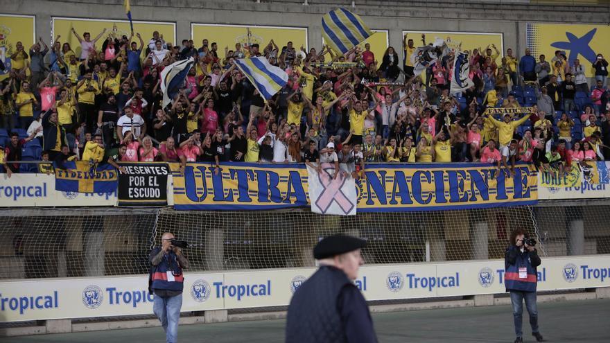 Peña Ultra Naciente de la UD Las Palmas durante un partido de liga.