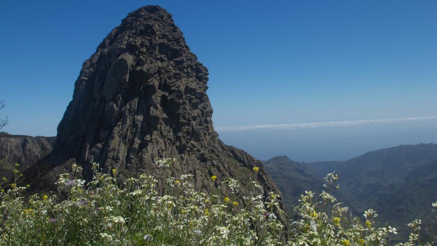 Vista del roque Agando en La Gomera