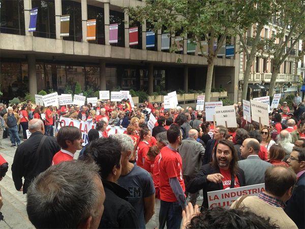 Manifestantes durante la concentración contra la Ley Lassalle | Fotografía: Mario Martínez Pérez