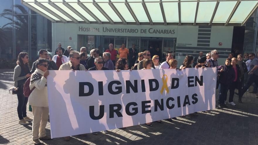 Un grupo de trabajadores del HUC despliegan una pancarta en la que piden dignidad en el servicio de urgencias.
