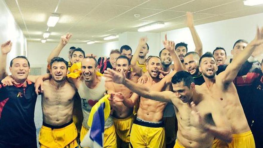En la imagen, este domingo, los jugadores del CD Mensajero festejando el ascenso a la Segunda B de la liga nacional de fútbol. Foto: CD Mensajero.