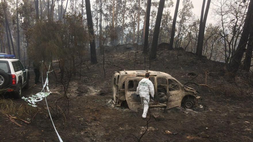 Furgoneta en la que fallecieron dos personas atrapadas por el fuego en Chandebrito (Nigrán)