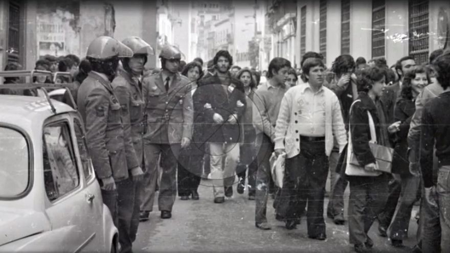 Policías y manifestantes en Sevilla en un fotograma del documental 'Comisaría de la Gavidia. Lugar de Memoria Democrática'. | INTERMEDIA PRODUCCIONES