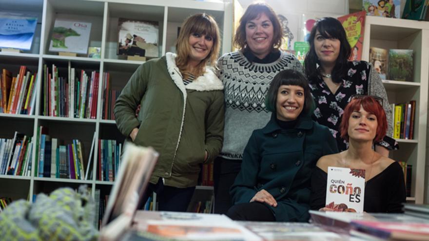 María Bastarós (a la derecha, con el fanzine) junto a las colaboradoras de ¿Quién coño es?