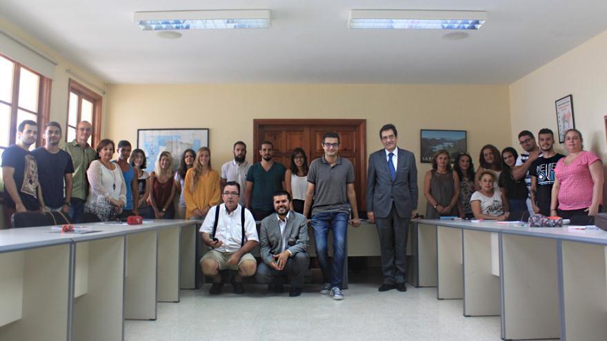 En la imagen, alumnos del curso de 'Turismo y Patrimonio' junto al rector, vicerrector y directores. Foto: CLAUDIA PAIS.