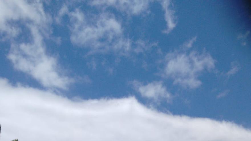 El helicóptero del Gobierno de Canarias sobrevuela la zona de Mirca donde se ha declarado este jueves un conato.