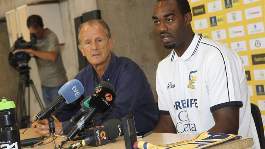 El ala pivot estadounidense DaJuan Summers y el presidente del club, Joaquín Costa durante su presentación como nuevo jugador del Herbalife Gran Canaria. EFE/Elvira Urquijo