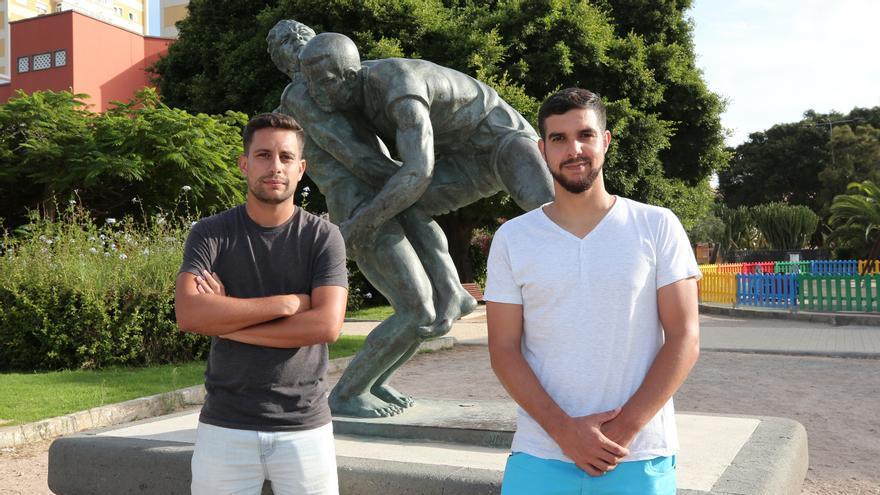 Jusay Mahamud y Rumén Sosa junto a la figura de los luchadores en Altavista.