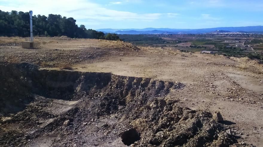 Tierra contaminada que se utilizó para sellar el vertedero hace veinte años.
