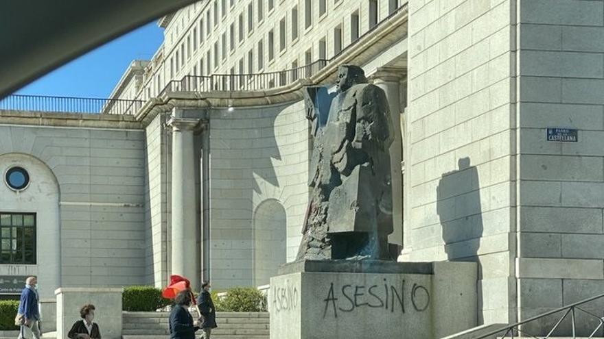 La estatua de Indalecio Prieto, vandalizada.