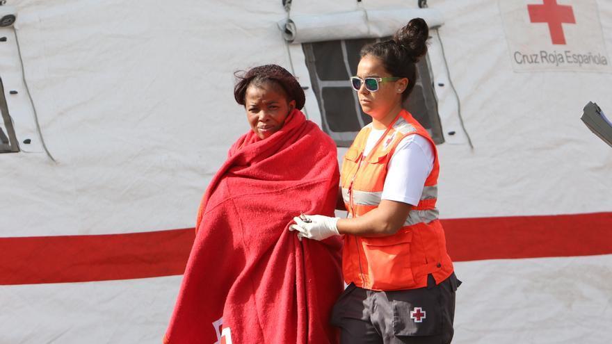 La Cruz Roja atiende a la única mujer que viajó en la patera a Gran Canaria.