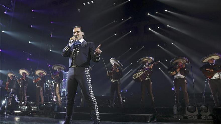 Alejandro Fernández congrega a 5.800 personas en el inicio de su gira