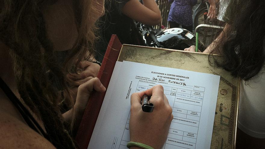 Miembros del Partido Humanista intentando conseguir afiliados en la manifestación del 15 de octubre de 2011 (Juan Luis Sánchez)
