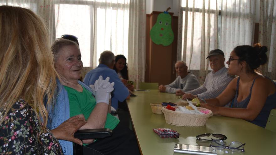 Vecinos desalojados del municipio de Santa María de Guía juegan a las cartas en el colegio de San Roque.
