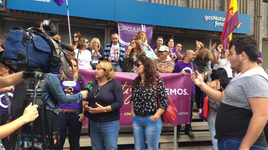 Concentración convocada por Podemos frente a la sede de Gas Natural Fenosa en Las Palmas de Gran Canaria como repulsa por la muerte el pasado lunes de una mujer de 81 años en Reus tras haber sufrido el corte del suministro eléctrico.