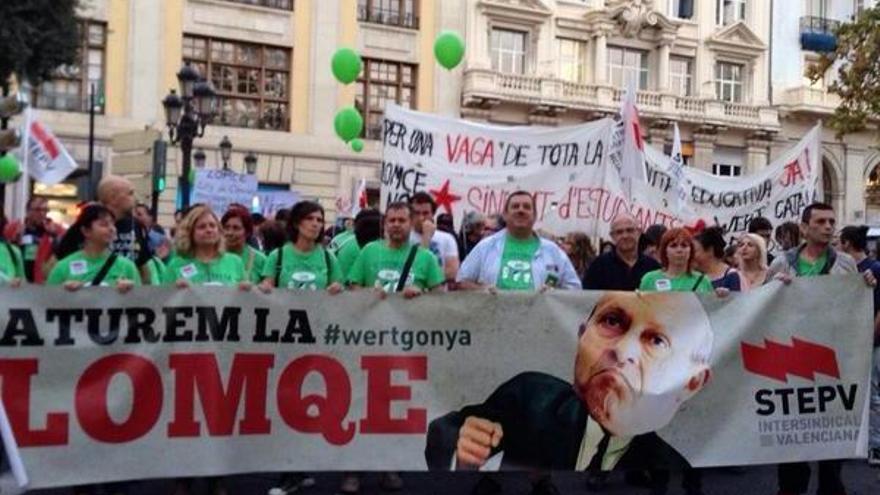 Algunos de los manifestantes contra la Lomce / @STEPV-Iv