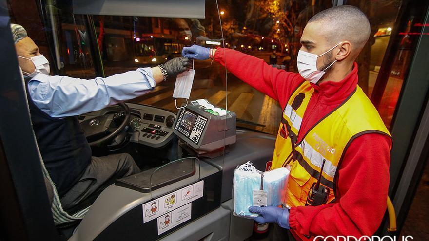 Entrega de mascarillas a un conductor de Aucorsa | ÁLEX GALLEGOS
